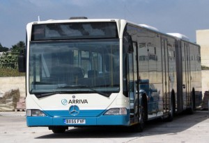 I samband med det svårt problemtyngda trafikövertagandet i norra Storstockholm för ett år sedan satte Arriva in ett stort antal begagnade bussar som man hämtat från sin tidigare trafik i Nederländerna. På Malta satte man in 68 begagnade ledbussar som tidigare gått i trafik i London. Efter tre bränder på kort tid förbjöd Maltas regering Arriva att fortsätta att använda bussarna. Foto lic via Wikimedia Commons.