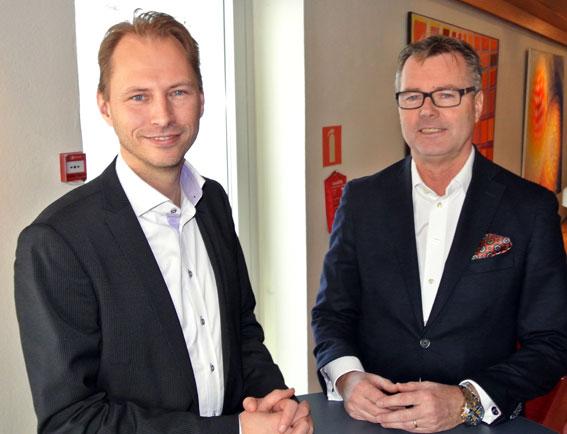Mats Johansson, vd för Nettbuss Express AB och Stefan Magnusson, koncernchef för Nettbuss Sverige, lyfter på slöjan för satsningar från Bus4you. Foto: Ulo Maasing.