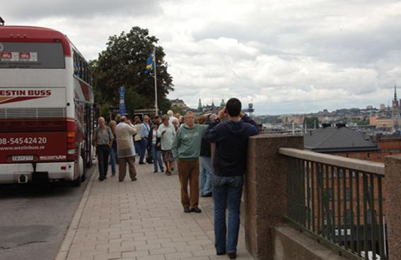 Mängder med turistbussar med kryssningspassagerare stannar på Fjällgatan i Stockholm Resenärerna njuter därfrån av ett panorama som nu är hotat enligty sex debattörer. Foto: Ulo Maasing.