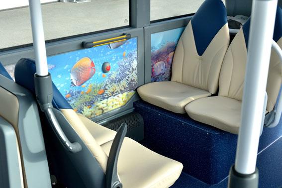 I Nautilus dominerar havstemat i inredning och ljussättning. Stolarna har höga ryggstöd och är läderklädda. Foto: Daimler Buses.