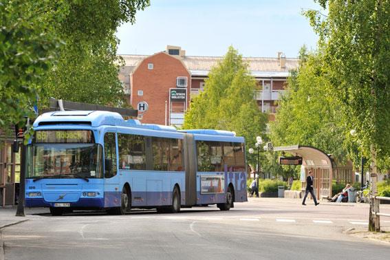 Resenärerna är färre men de betalande resenärerna är fler på stadsbussarna i Umeå. Foto: Per Lundberg.