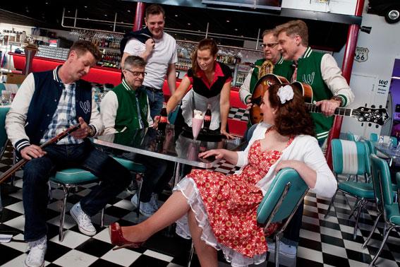 Dansbandet Wizex har premiär i Tyskland på show om svenska folkparker – för svensk publik. Bild: Wizex.