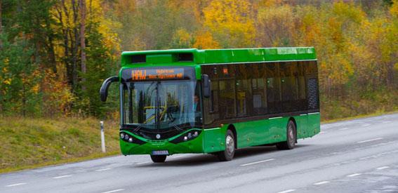 Umeå gör nu en storsatsning på helt elektriska bussar. Om ett år kommer var femte stadsbuss att vara eldriven. I höstas tog kommunen emot sin första het nya, snabbladdade elbuss från Hybricon. Foto: Hybricon.