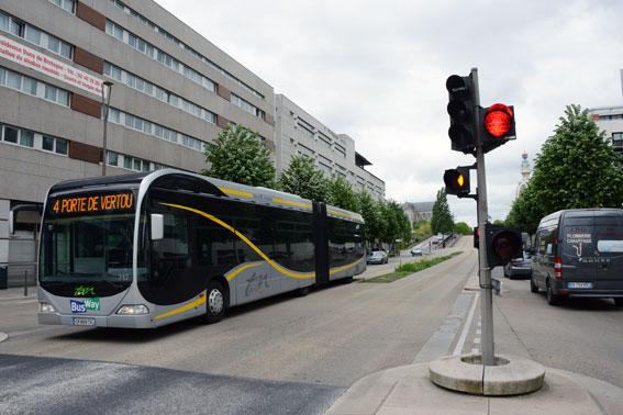 Egna körfält och vägar säkrr framkomlighet och regularitet för BRT, som här i Nantes. När bussen kör in i en korsning stoppas både korsande och svängande bildtrafik. Foto: Ulo Maasing.