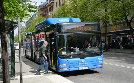 Priserna på kollektivtrafikens månadskort ökar dramatiskt –och mycket snabbare än konsumentprisindex. I Stockholms län kostade månadskortet 450 kr år 2000 och 790 kronor år 2014. Foto: Ulo Maasing.
