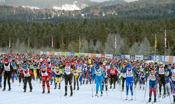 Vasaloppet erbjuder alla deltagare att köpa bussbiljett till sitt lopp i vinterveckan. Bilden är från tjejvasan förra året. Foto: Vasaloppet/Ulf Palm.