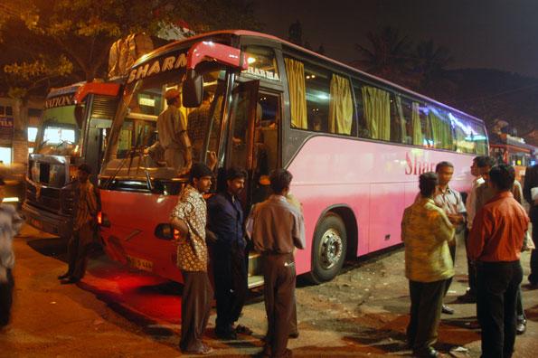 Den långväga busstrafiken i Indien är omfattande, inte minst på grund av det dåliga järnvägsnätet. Bilden är från busstationen i Bangalore. Bussen på bilden har inget samband med de olyckor som nämns i artikeln. Foto: Ulo Maasing.