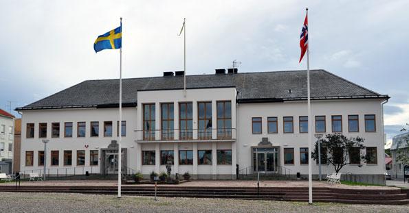 Stadshuset i Borgholm. Borgholms kommun har nu ändrat sig och låter Tomas Buss fortsätta köra skolskjutsarna i kommunen. Foto: Boatbuilder/Wikimedia Commons.