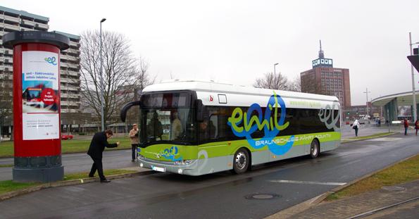 Den första elbussen med Bombardiers Primoveteknik för induktiv laddning är nu i reguljär trafik. Foto: Bombardier.