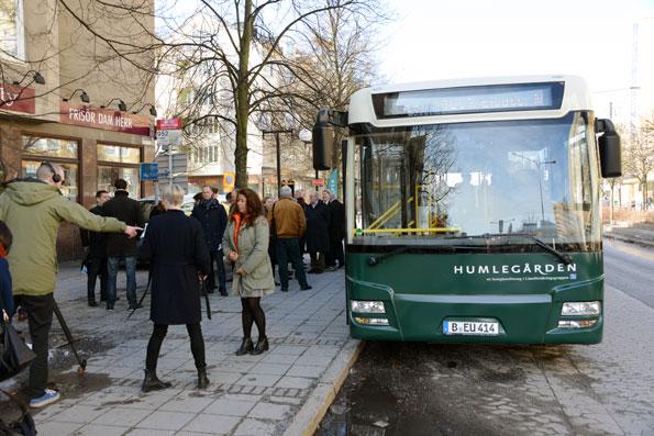 Premiärpassagerarna fyllde elbussen i Solna Centrum. Foto: Ulo Maasing.