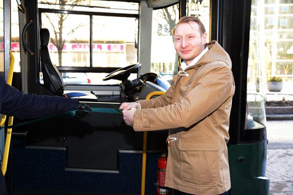 """Pehr Granfalk(M), kommunstyrelseordförande och borgmästare i Solna klippte på fredagen invigningsbandet för elbusslinjen. """"Elbussen betyder mycket för Solna och är Humlegårdens sätt att ge tillbaka till denkommun där manhar en stor verksamhet"""", sa han."""