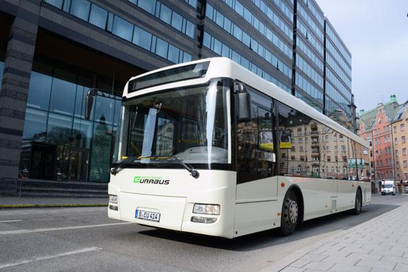 Här rullar Storstockholms första elbuss på måndagen, på väg från Vikingterminalen till Hagalund i Solna. Foto: Ulo Maasing.