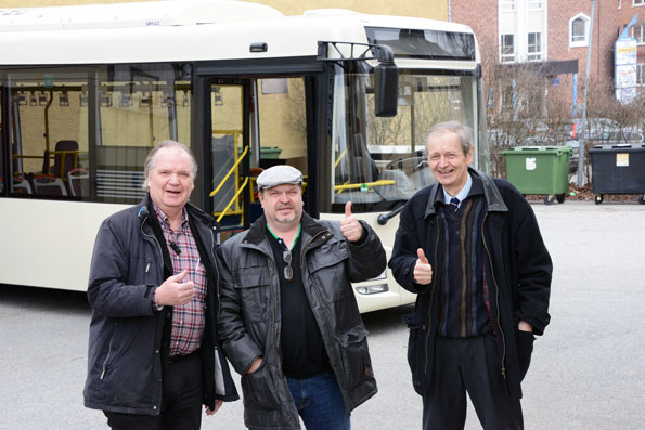 De premiäråkte elbuss genom Stockholm: Anders Norberg, Humlegården, Johnny Bryggman Adelsö Buss samt Malte Lillestrale, Eurabus svenske representant. Foto: Ulo Maasing.