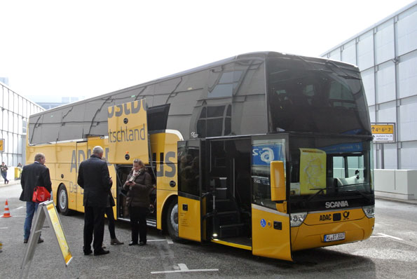 Bussar och bussturism brukar inte vara särskilt synliga på ITB. Den för ett drygt år sedan avreglerade expressbusstrafiken i Tyskland syntes nu i form av en buss från ADAC Postbus. Foto: Ulo Maasing.