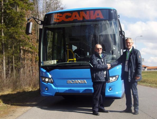 Kjell Svensson från Jörlanda Buss&Taxi och Roland Landenmark från Scania-Bilar Sverige AB framför en av bussarna som ska rulla för Västtrafik mellan Marstrand och Göteborg.