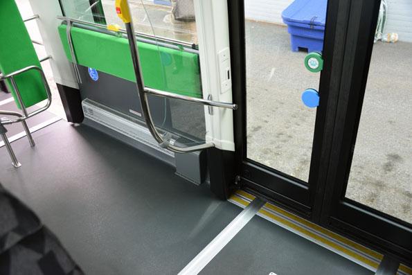 Båda de främre dörrarna har rullstolsramp. Mellan dörrarna finns plats för två rullstolar. Foto: Ulo Maasing.