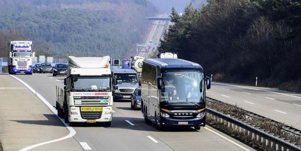 På backiga vägar har det nya systemet minskat bränsleförbrukningen för Setra TopClass 500 med nio procent. Foto: Daimler Buses.