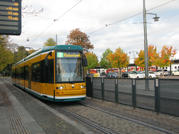 Extrakostnaden för de två spårvägslinjerna i Norrköping är 90 miljoner om året, jämfört med om trafiken hade körts med buss. Foto: ÖstgötaTrafiken.
