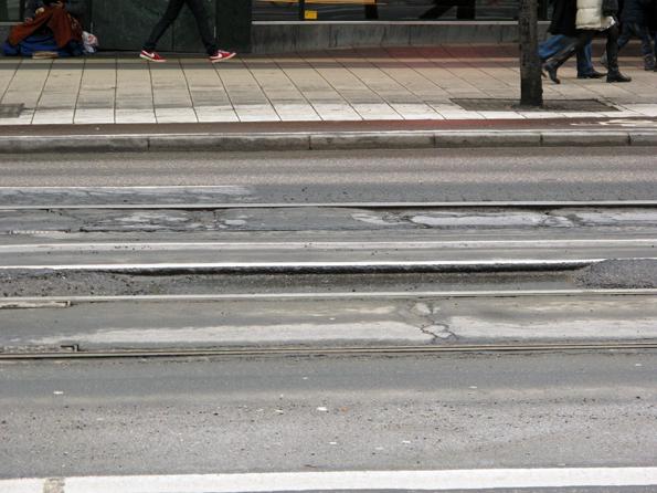 Spåväg sliter inte på gatunätet som bussar gör, menar Norrköpings tekniske chef. I Stockholm, varifrån bilden är hämtad, finns dock ett stort slitage även på gatunätet. Foto: Ulo Maasing.