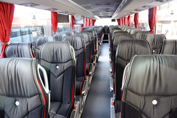 Interiören i de nya bussarna går i svart, grått och rött. Foto: Ulo Maasing.