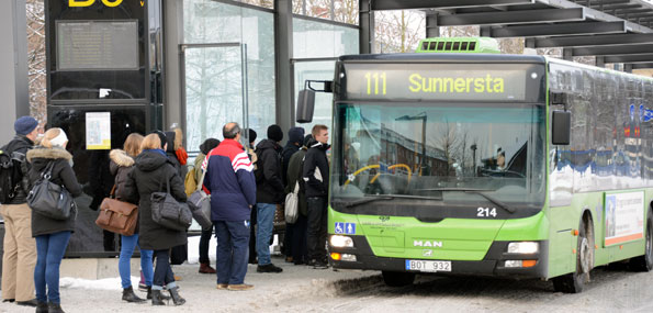 Det kan bli billigare att åka buss i Uppland om man väljer att resa när köerna inte är som värst. Foto: Ulo Maasing.