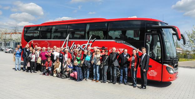 Nu är de hemma från världens längsta bussresa. Först kom resenärerna, men nu är även bussen åter efter sin färd jorden runt. Foto: Daimler Buses.