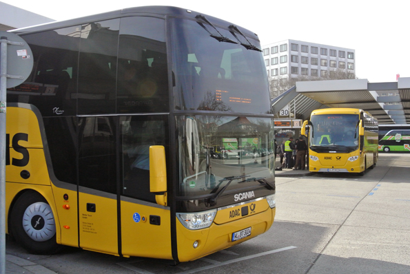 """If you can´t beat them, join them"". 38 procent av expressbussarnas kunder kommer från bilen. Men motororganisationen ADAC och den tyska posten/DHL har gett sig in i expressbusstrafiken med ADAC Postbus. Foto: Ulo Maasing."