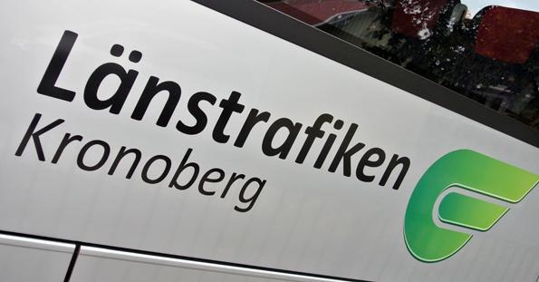 Sänkta biljettpriser på enkelbiljetter och höjda priser på periodkort skulle öka både resande och intäkter med kollektivtrafiken i Kronobergs län med cirka åtta procent. Foto: Ulo Maasing.