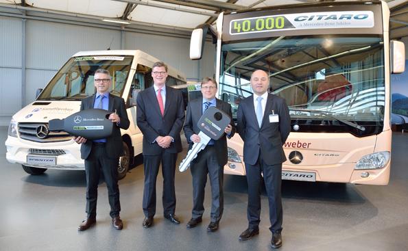 Dubbelrekord i Mannheim: Ett norskt företag fick på onsdagen ta emot den 20 000:e helbyggda Mercedes-Benz Sprintern och ett företag från Luxemburg tog emot Citaro nr 40 000. Foto: Daimler Buses.