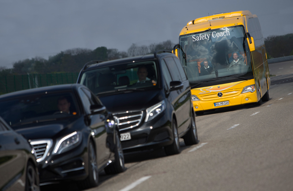 "Mercedes-Benz lanserar nu en ny generation ""nödbroms"" på sin lyxturistbuss Travego. Foto: Daimler Buses."
