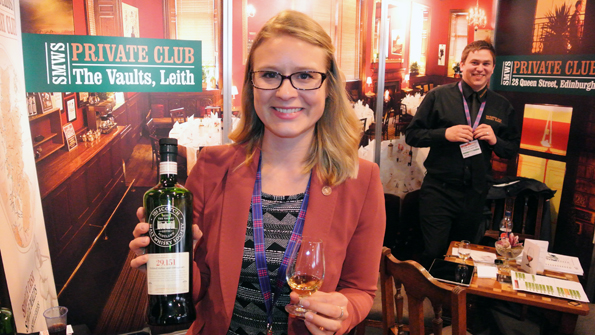 Ola Lopatowska från The Scotch Malt Whisky Society demonstrerade sällsynta whiskymärken. Foto: Ulo Maasing.