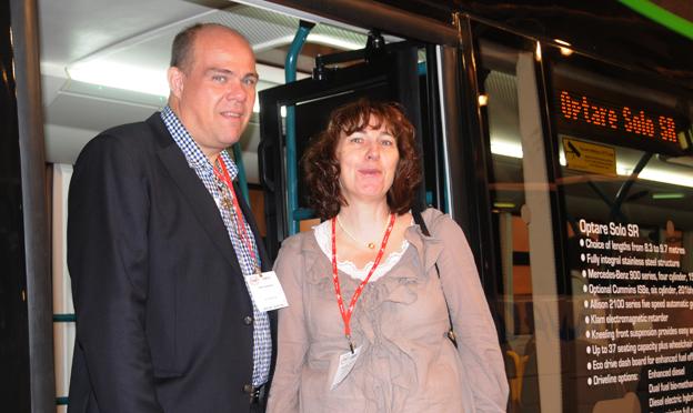 Reine Josefsson, BK Invest, här tillsammans med frun Margareta Lundqvist, har utsetts till årtes företagare på Orust. Företaget representerar bland annat den brittiska busstillverkren Optare i Sverige. Foto: Ulo Maasing.