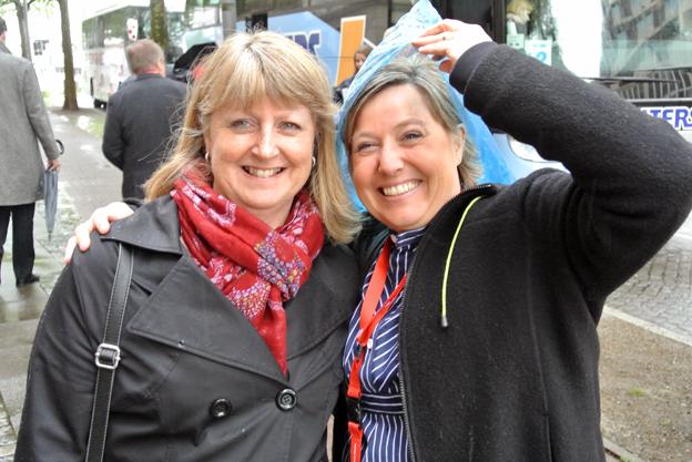 Grossistföretaget ResZander fanns på plats med Eva Forsberg och Petra Sturzenbecker som skyddade sig mot regnet på väg till transferbussen. Foto: Ulo Maasing.