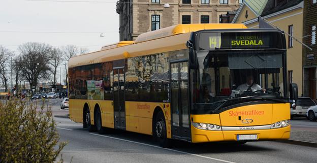 """""""Biogas för ett klimatsmart Skåne"""", står det på gastanken på de gula regionbussarna i Skåne. Men i verkligheten är det mer sannolikt att tanken innehåller fossil naturgas. Foto: Ulo Maasing."""