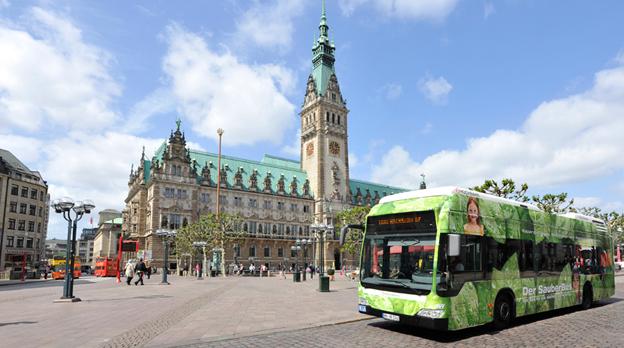 Hamburg satsar hårt på ny teknik. Från 2020 får endast nollemissionsbussar som här köpas in till lokaltrafiken. Gas eller diesel duger inte, däremot batteribussar eller bränslecellsbussar. Foto: Hamburger Hochbahn.