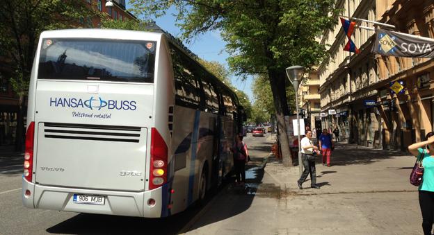 En turistbuss från estniska Hansabuss lastar av kinesiska passagerare på Sveavägen i Stockholm. Foto: Ulo Maasing.