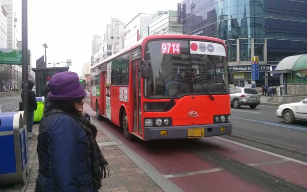 I bland annat Sydkoreas huvudstad Seoul har man målat busskörfälten röda för att göra det lättare för människor att hitta kollektivtrafiken. Foto: MY Mina/Wikimedia Commons.