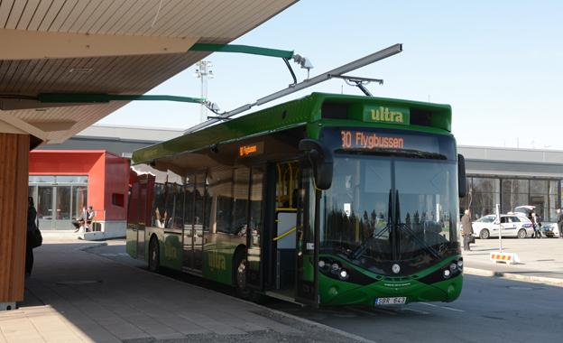 Kraften till flygbussen i Umeå kommer från ovan. Här är den första 12-metersbussen av modell Hybricon Arctic Whisper inne på laddstationen vid Umeå flygplats. Foto: Ulo Maasing.