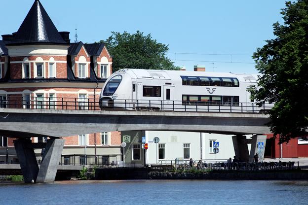 Ett av SJ:s regionaltåg på järnvägsbron över Eskilstunaån. En konflikt mellan SJ och de regionala kollektivtrafikmyndigheterna i Mälardalen kan få stor betydelse även för bussbolag som vill köra kommersiell trafik. Foto: Stefan Nilsson/SJ.