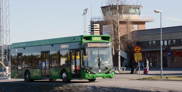 Umeås första elbuss, en Hybricon Arctic Whisper (HAW) går som flygbuss i staden. Om några år ska mer än hälften av stadsbussarna vara helt eldrivna. Foto: Ulo Maasing.