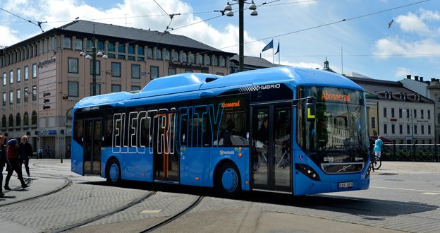 Idag kör laddhybridbussar från Volvo på linje 60 i Göteborg. Nästa steg är kontaktlös laddning under färd. Foto: Volvo Bussar.