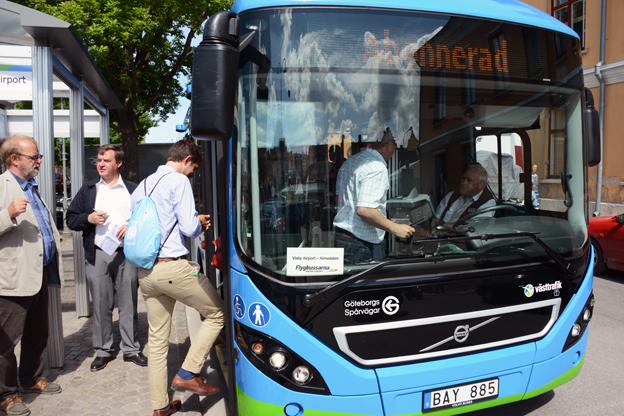 """Redan förra sommaren förstärkte Flybussarna sin trafik mellan Visby Airport och Visby med en laddhybridbuss. I år blir den maskerad till """"riktig"""" flygbuss. Foto: Ulo Maasing."""