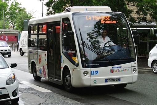 Elektriskt. BredaMarinibus lilla Zeus fanns inne på mässan, men går ocksp i trafik på en linje som passerar mässan vid Portes de Versailles.
