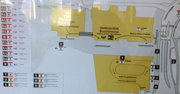 På den stora knutpunkten vid Liljeholmen vägrar SL att informera om både Trosabussen och Flygbussarna. Resenärerna får ge sig ut och leta. Foto: Ulo Maasing.