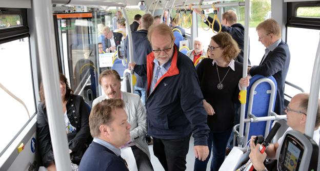 Politiker och andra nyckelpersoner fick prova på att åka elbuss i Almedalen under måndagsförmiddagen. Foto: Ulo Maasing.