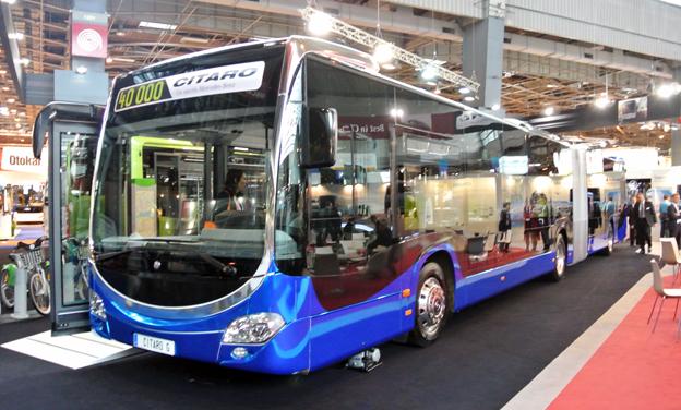 Mercedes-Benz Citaro ledbuss i blåmetallic och krom. Lägg märke till de nerdragna sidorutorna.