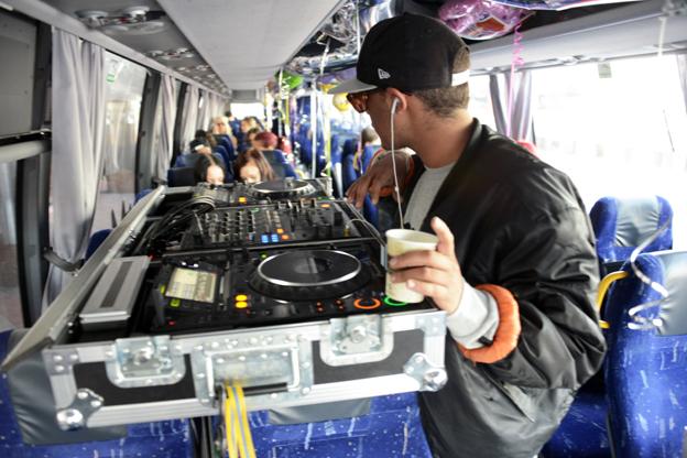 Redan innan avresan från Cityterminalen dånade musiken både inne i den speciella festivalbussen och utanför… Foto: Ulo Maasing.