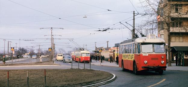 Trådbussar vid Gullmarsplan i Stockholm 1964, det sista året som trådbussarna rullade i Stockholm. Dags att återinföra dem, anser Väsnterpartiet. Foto: Håkan Trapp/Spårvägsmuseet.
