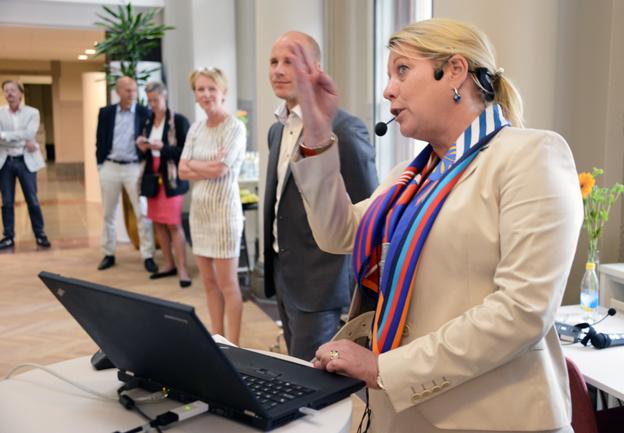 Infrastrukturminister Catharina Elmsäter-Svärd(M) kunde med lite möda och lite hjälp både kolla resmöjligheter mellan Arlanda och Fridhemsplan i Stockholm och köpa resa från Göteborg till Malmö. Foto: Ulo Maasing.
