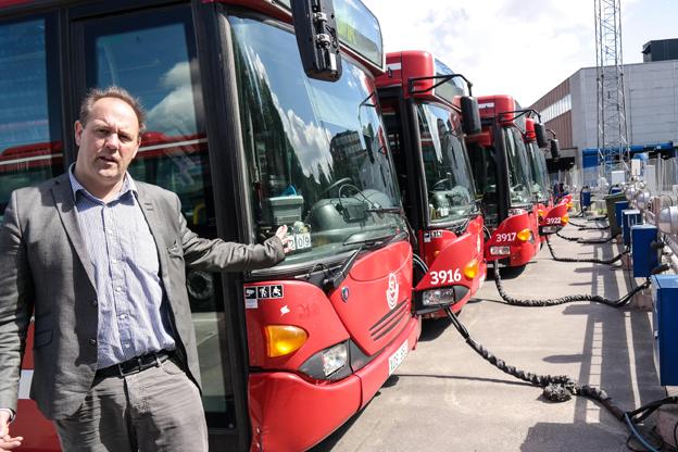 Bussarna i Stockholms innerstad ska få helt nya infosystem för resenärerna, berättar Karl Orton, Keolis. Foto: Pilotfish.